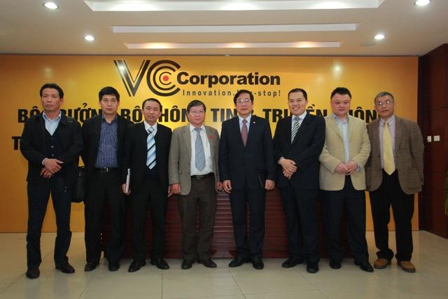 Bộ trưởng bộ TT - TT Nguyễn Bắc Son chụp ảnh lưu niệm cùng BGĐ VCCorp