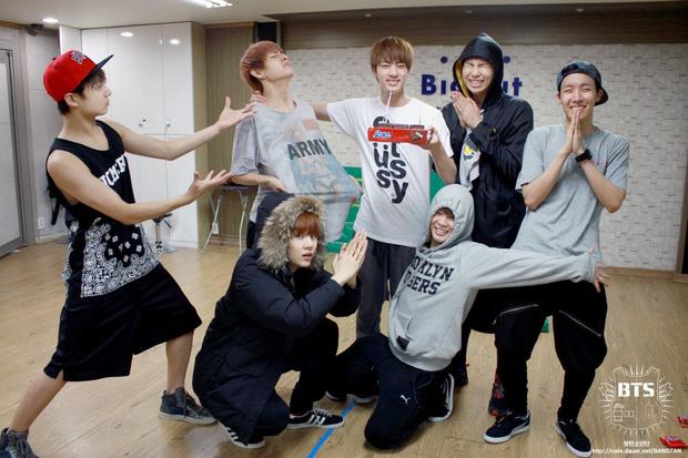 Từ công ty suýt phá sản, làm nhạc trong gara ô tô và tập vũ đạo trong phòng tập ẩm thấp, BTS giờ đây đã chạm vào giấc mơ #1 Billboard! - Ảnh 14.