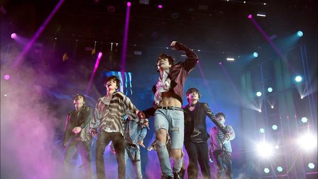 Từ công ty suýt phá sản, làm nhạc trong gara ô tô và tập vũ đạo trong phòng tập ẩm thấp, BTS giờ đây đã chạm vào giấc mơ #1 Billboard! - Ảnh 22.